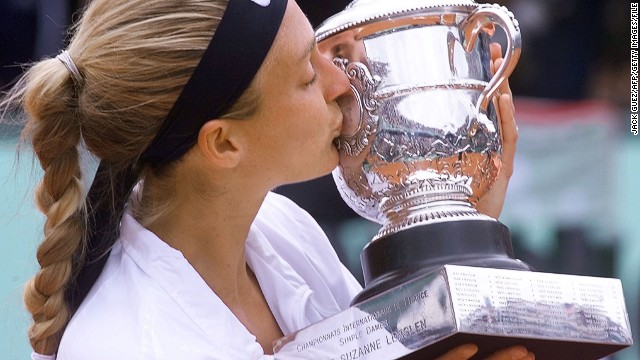 Mary Pierce was the last Frenchwoman to hold the Coupe Suzanne Lenglen for the winner of the Paris grand slam when she triumphed at Roland Garros in 2000.