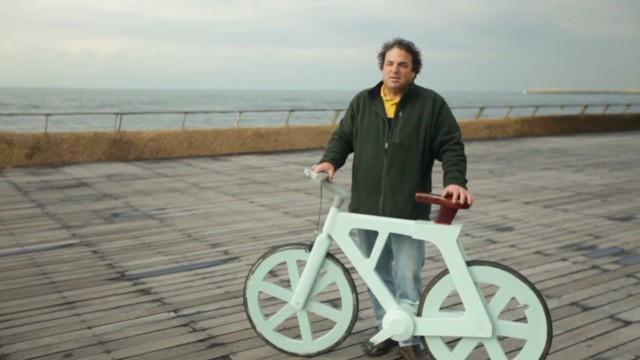 Una bicicleta de cartón y llantas recicladas 'revolucionan' el transporte