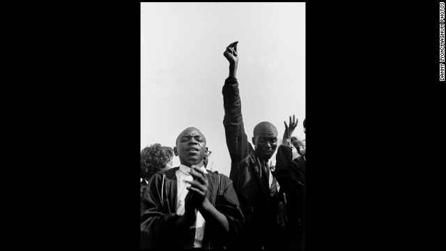 A pair of Student Nonviolent Coordinating Committee members sing freedom songs on August 27, 1963, ahead of the march.