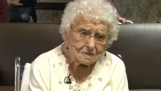 Una mujer de 101 años recibe su diploma de secundaria