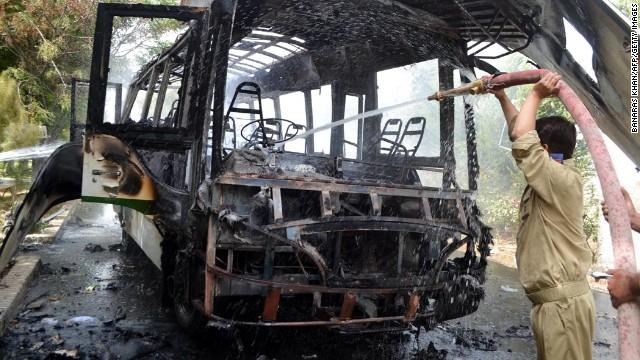 Día de violencia en Pakistán: bomba en bus y tiroteo en hospital dejan 18 muertos
