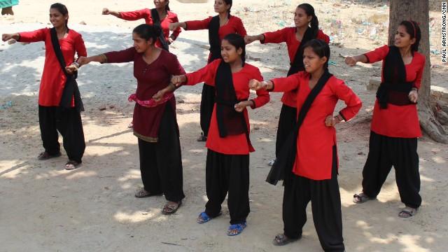 Brigadas de adolescentes indias combaten y humillan a los violadores