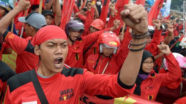 Indonesian demonstrators rally outside outside parliament in Jakarta on June 17, 2013.