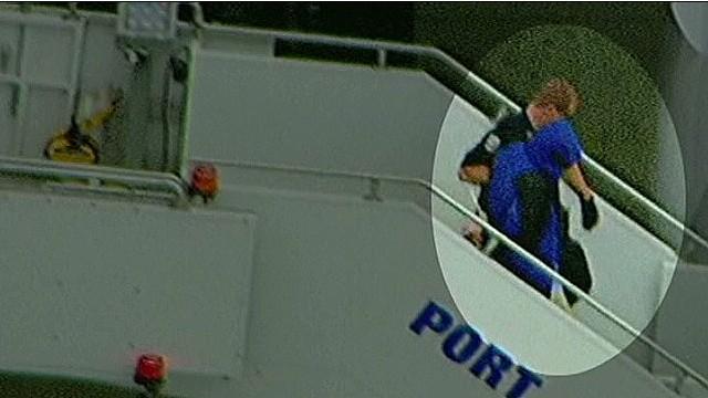 Un hombre grita dentro de un avión que fue envenenado e interrumpe el vuelo