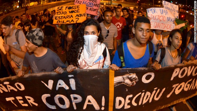 Protestors block the Antonio Carlos Avenue in the surroundings of the university on June 18, 2013 in Belo Horizonte, state of Minas Gerais.