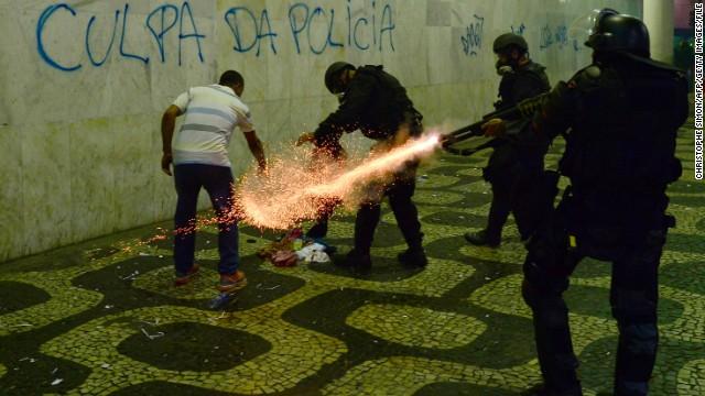 Manifestantes atacan bancos en nueva protesta en Sao Paulo