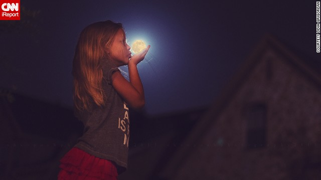 Photographer <a href='http://ireport.cnn.com/docs/DOC-994687'>Lidia Grigorean</a> had her eight-year-old daughter give the moon a goodnight kiss in McKinney, Texas.