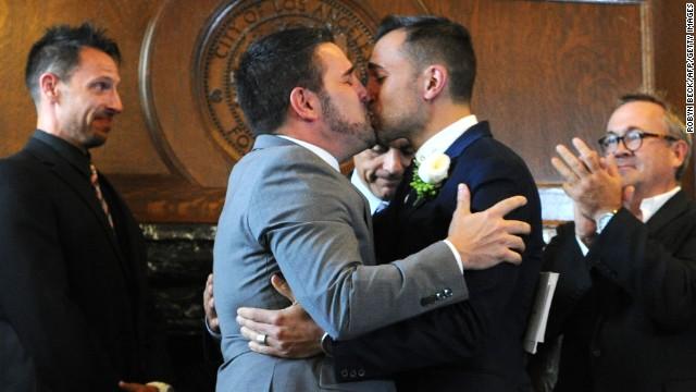 Grupos opositores piden revertir orden sobre matrimonio gay en California
