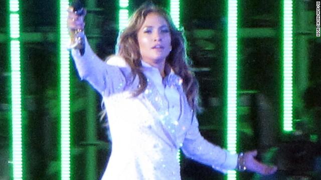 Jennifer Lopez le canta 'feliz cumpleaños' a un líder represor en Asia