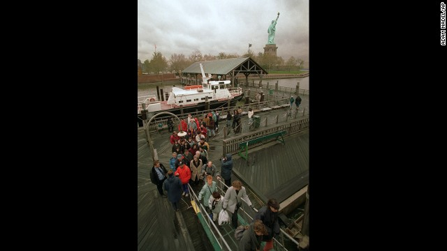 In November 1995, a federal budget crisis causes Liberty Island to close to tourists.