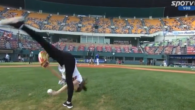 Una gimnasta lanza una pelota de béisbol como nadie