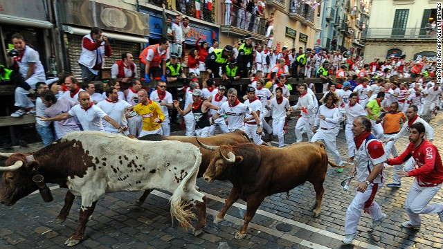 The entire run covers 850 meters and is usually finished in just more than 3 minutes. This year's first run took 4 minutes and 6 seconds, a relatively long time compared with previous years. The cause of the delay? A bull left outside the ring as people blocked its path.