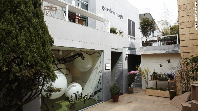 Jain Song's lifestyle/concept flagship store opened in Hannamdong in 2013 and quickly became a popular hangout for the stylish. The store has a rooftop garden and outdoor cafe. <!-- --> </br>