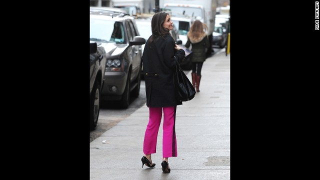 "Since her relocation to New York City, Katie Holmes has been seen out taking full advantage of the city that never sleeps. Aside from frequently strolling the streets of New York like a regular Joe, Holmes was also photographed <a href='http://www.nydailynews.com/entertainment/gossip/katie-holmes-spotted-daughter-suri-subway-ride-article-1.1204798' target='_blank'>sneaking in a catnap on the subway</a> in November 2012."" border=""0″ height=""360″ id=""articleGalleryPhoto0014″ style=""margin:0 auto;display:none"" width=""640″/><cite style="
