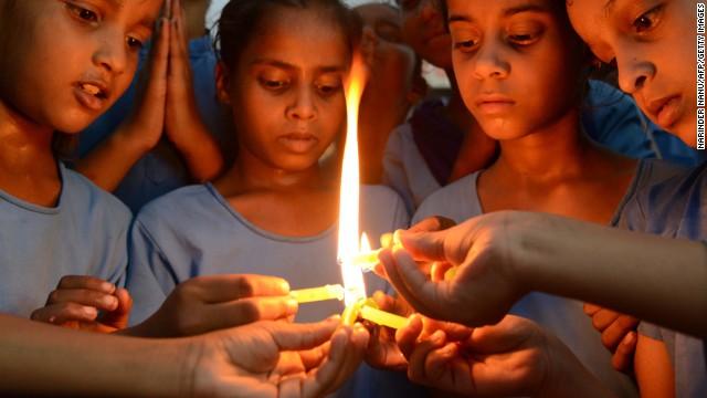 Se fuga la directora de la escuela india donde murieron 22 niños envenenados