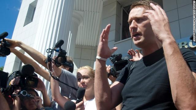 El opositor ruso Alexei Navalny sale de la cárcel mientras apela su sentencia