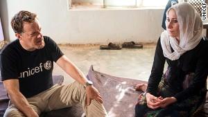 UNICEF UK Ambassador Eddie Izzard meets Yousef\'s mum.