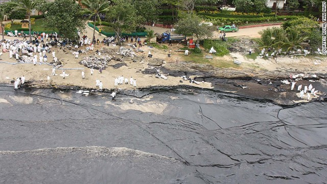 Hundreds of workers and navy soldiers are attempting to clean up the oil spill on Koh Samet.