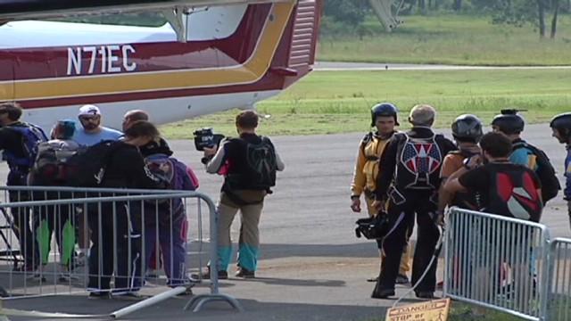 Tras salto fallido muere instructor de paracaidismo y un alumno queda grave