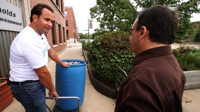 Un hombre recicla jabones, shampoo y papel higiénico para los necesitados