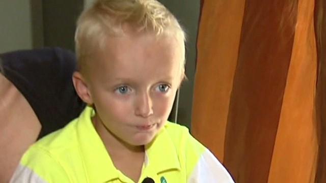 Un niño descubre un caracol que creció debajo de su rodilla