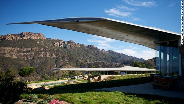 Given the strength and durability of aircraft aluminum, building a home from a former aircraft is practical.