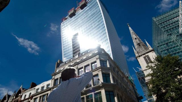 Luz reflejada de un rascacielos derrite un coche de lujo en Londres