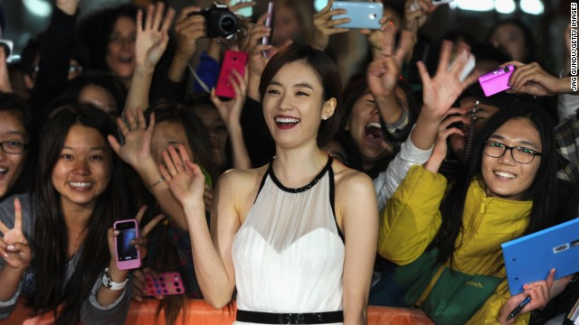 """Actress Han Hyo-joo gets close to fans the """"Cold Eyes"""" premiere on Friday, September 13."""