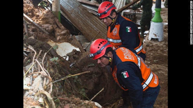 Officers with the Federal Police search for bodies at the landslide in La Pintada on September 19.