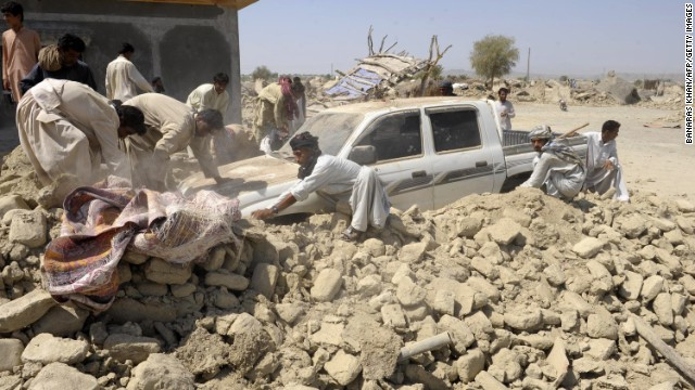 Al menos 330 personas mueren por el terremoto en Pakistán
