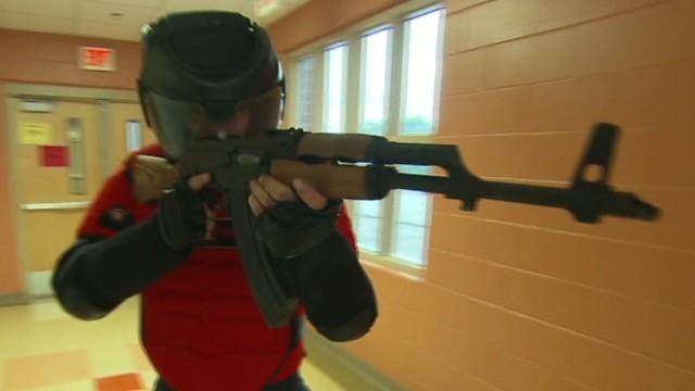 Maestros de EE.UU. son capacitados para enfrentarse a un tirador en las escuelas