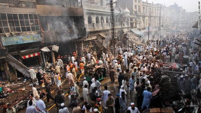 Al menos 40 muertos y 70 heridos al explotar una bomba en un bazar de Pakistán