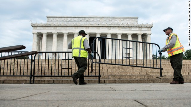 Members of the U.S. National Park Service tighten the Lincoln Memorial on the National Mall in Washington on Oct 1.