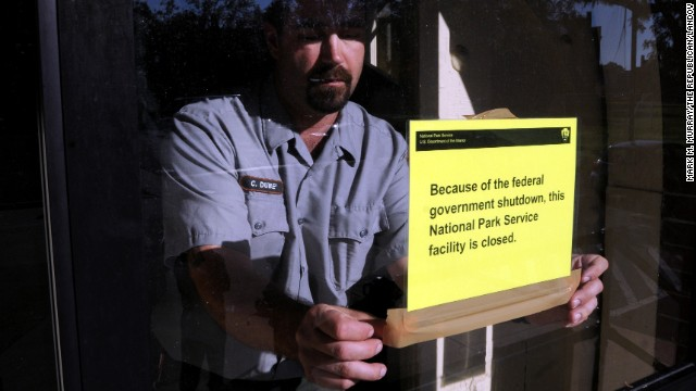 An worker at the Springfield Armory National Historic Site in Springfield, Massachusetts, puts up a pointer on Oct 1, to forewarn visitors that the site is sealed because of a supervision shutdown.