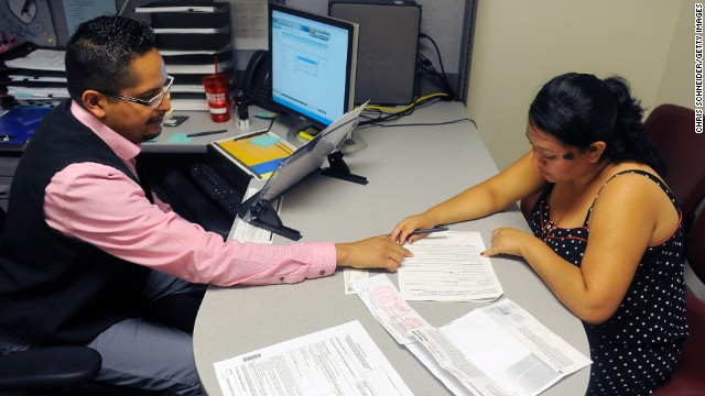 Obamacare applications near half million; website called 'unacceptable'