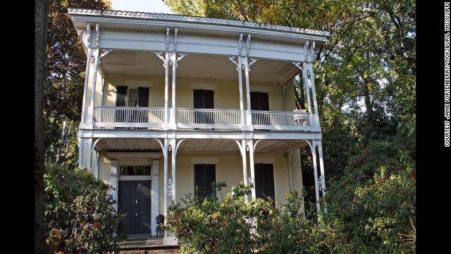 "McRaven house: Built and renovated between 1797 and 1849 in Vicksburg, Mississippi. ""<a href='http://www.mcraventourhome.com/Ghosts.asp' target='_blank'>Ghosts</a>"" have been photographed in this Spanish-style colonial with American Empire and Greek Revival additions."