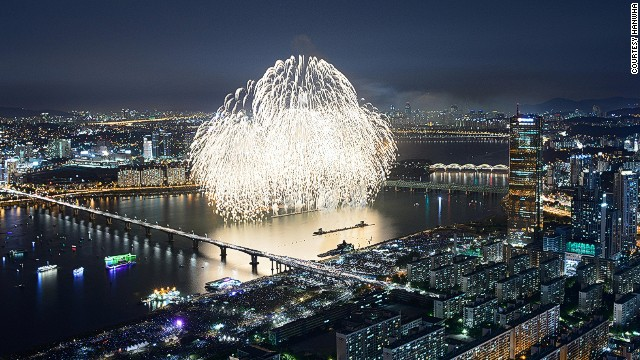 Seoul's 11th annual fireworks festival will take place on Saturday, October 5, starting at 7 p.m. These images taken at last year's festival offer a preview of what visitors can expect.