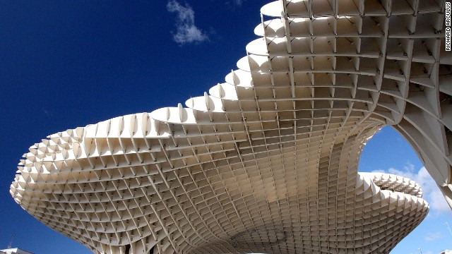 The Metropol Parasol is one of the world's largest wooden structures. Located in Seville, Spain, it stands in stark contrast to the city's historical and urban environment. Its architect, J. Mayer H., received the Red Dot Design Award in 2012 for its sophisticated design. <strong>Architect</strong>: J. Mayer H.