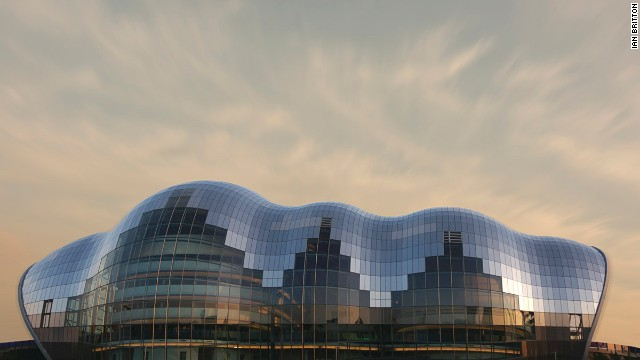 Under its curved glass mantle, The Sage Gateshead houses three concert halls of varying size, all equipped with high-end technology. Since its completion in 2004, the organically shaped event complex has been an attraction in itself around the English city of Newcastle. <strong>Architect</strong>: Foster + Partners