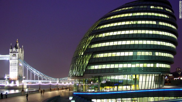 City Hall in London is the seat of the Greater London Authority and the Mayor of London. City Hall's oval shape has its root in the wish to build as sustainably as possible. The building's surface area is reduced, enabling a high level of energy efficiency. <strong>Architect</strong>: Foster + Partners