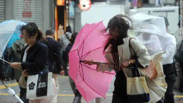 Typhoon Wipha, the 'strongest in 10 years', passed close to Tokyo on Wednesday