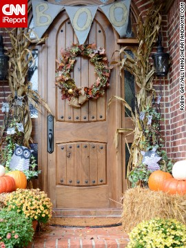 <a href='http://ireport.cnn.com/docs/DOC-1048970'>Robin Gay</a> welcomes guests with her seasonally appropriate door decorations.