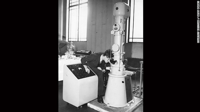 Szilárd was a canny young scientist who also filed a patent for the electron microscope back in 1928. However, it was Ernst Ruska in 1933 who managed to build the first electron microscope that exceeded the resolution of a standard light microscope. His invention, today an everyday piece of research equipment, used electron beams to illuminate tiny specimens and produce a magnified image of their structure.