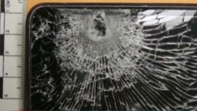 El teléfono móvil de un hombre detiene una bala disparada a su pecho y lo salva