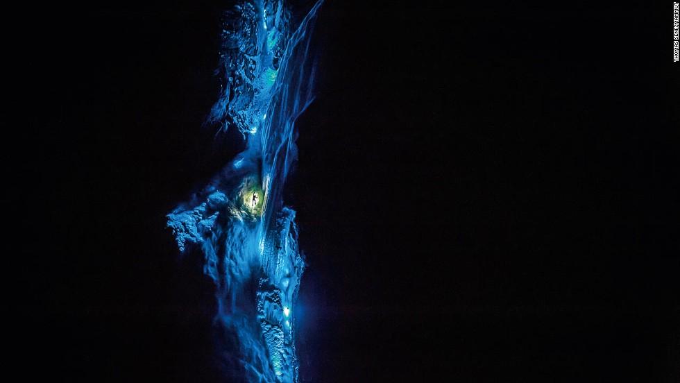 Una luz que brilla en las cataratas congeladas de Noruega