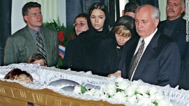 Gorbachev with his daughter Irina, second right, and granddaughter Krenia, third right, at the coffin of Raisa Gorbachev in Moscow in 1999.