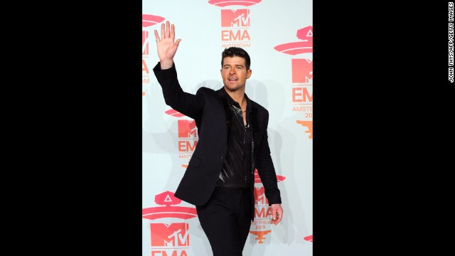 Robin Thicke arrives.