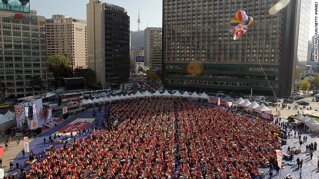 Travelers staying at The Plaza hotel (top right) were treated to an unusual sight: Seoul housewives filled the 13,207-square-meter Seoul City Plaza for the largest kimchi-making event to date.