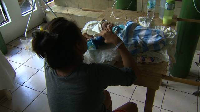 Los bebés nacidos en medio de la destrucción en Filipinas
