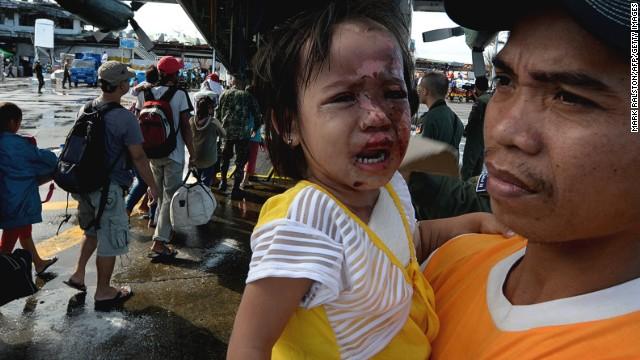 La multitud desesperada espera a los helicópteros humanitarios en Filipinas